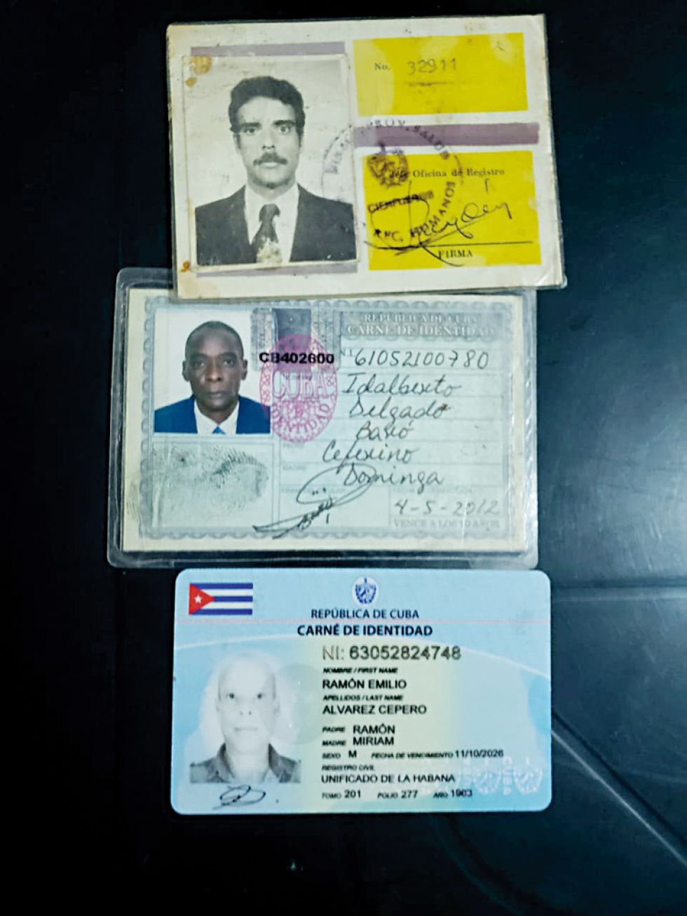 DECOMISO. La documentación y el dinero encontrados en poder de los ciudadanos cubanos.