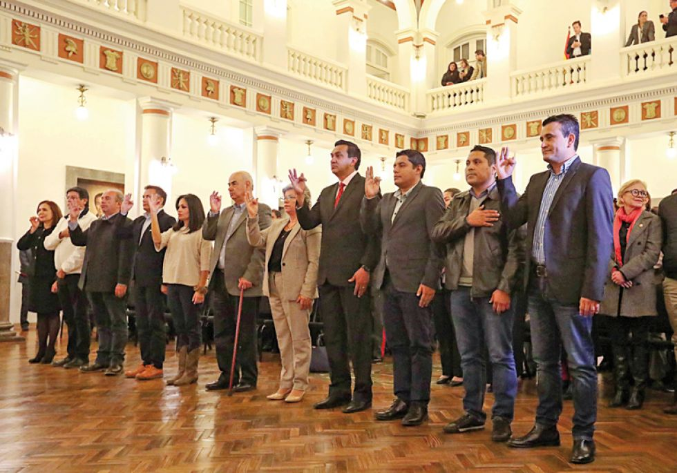 GABINETE. Los primeros 11 ministros posesionados anoche por la presidenta Jeanine Áñez en Palacio de Gobierno.