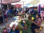 Flores y masas se ofrecen en la feria que se realiza en el mercado San Antonio