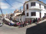 Una larga fila de personas se formó en Surapata para la actividad solidaria de la familia Tellez.