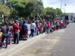 Un grupo de amigos repartió buñuelos y chocolate en la plaza 25 de Mayo.