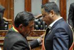 El vicepresidente David Choquehuanca entrega los símbolos al presidente Luis Arce.