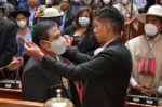 El presidente del Senado, Andrónico Rodríguez, entrega los símbolos al vicepresidente de Bolivia, David Choquehuanca.