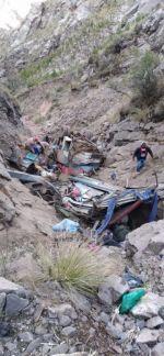 Un bus se embarrancó unos 150 metros este lunes 12 de julio, 600 metros antes de llegar al templo de Chataquila, en el Distrito 8 de Sucre.