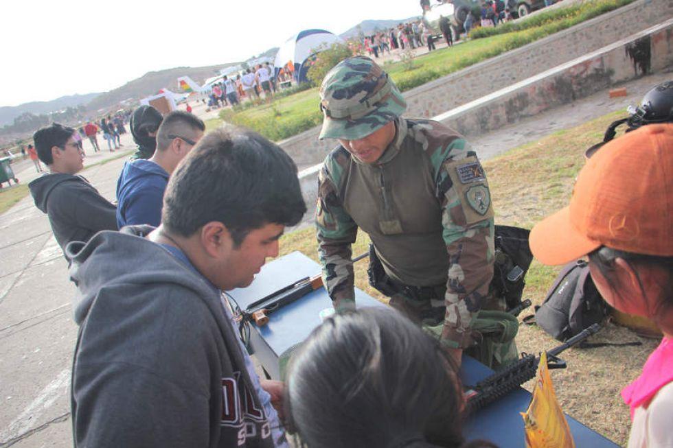 Feria Aeronáutica en el exaeropuerto Juana Azurduy de Padilla de Sucre.