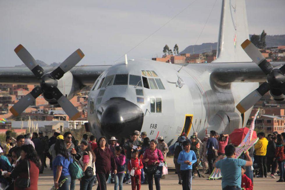 Llamativa Feria Aeronáutica en el exaeropuerto Juana Azurduy de Padilla