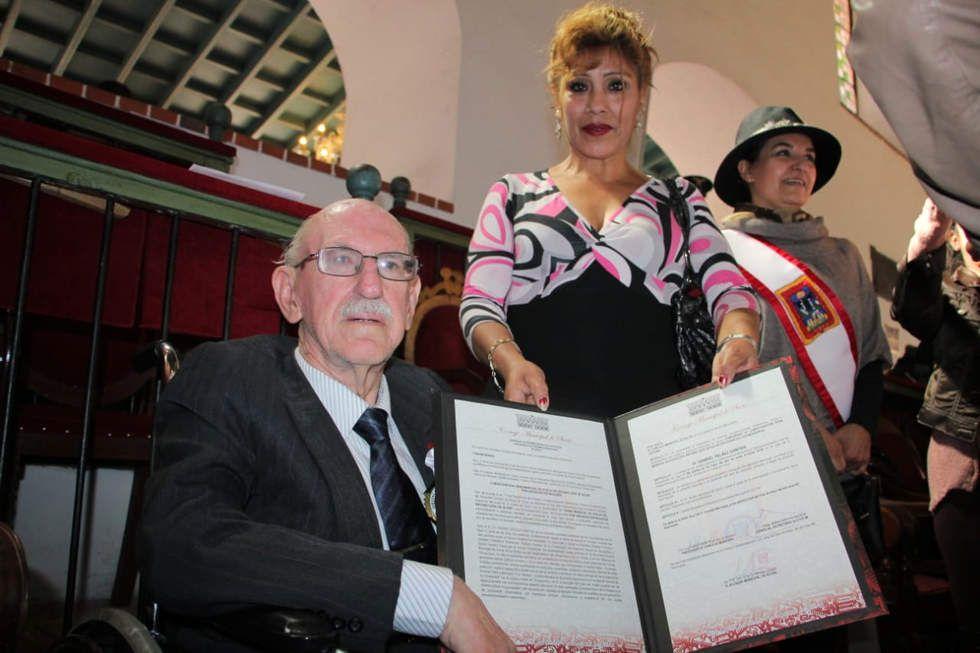 Condecoración a personalidades sucrenses en sesión de honor del Concejo Municipal
