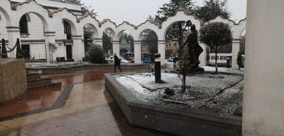 Cae nieve en la Villa Imperial desde la mañana de este martes.  Foto: Luis Subieta