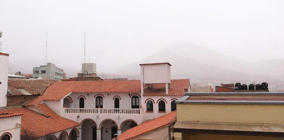 Cae nieve en la Villa Imperial desde la mañana de este martes. Foto: Marvin Valda
