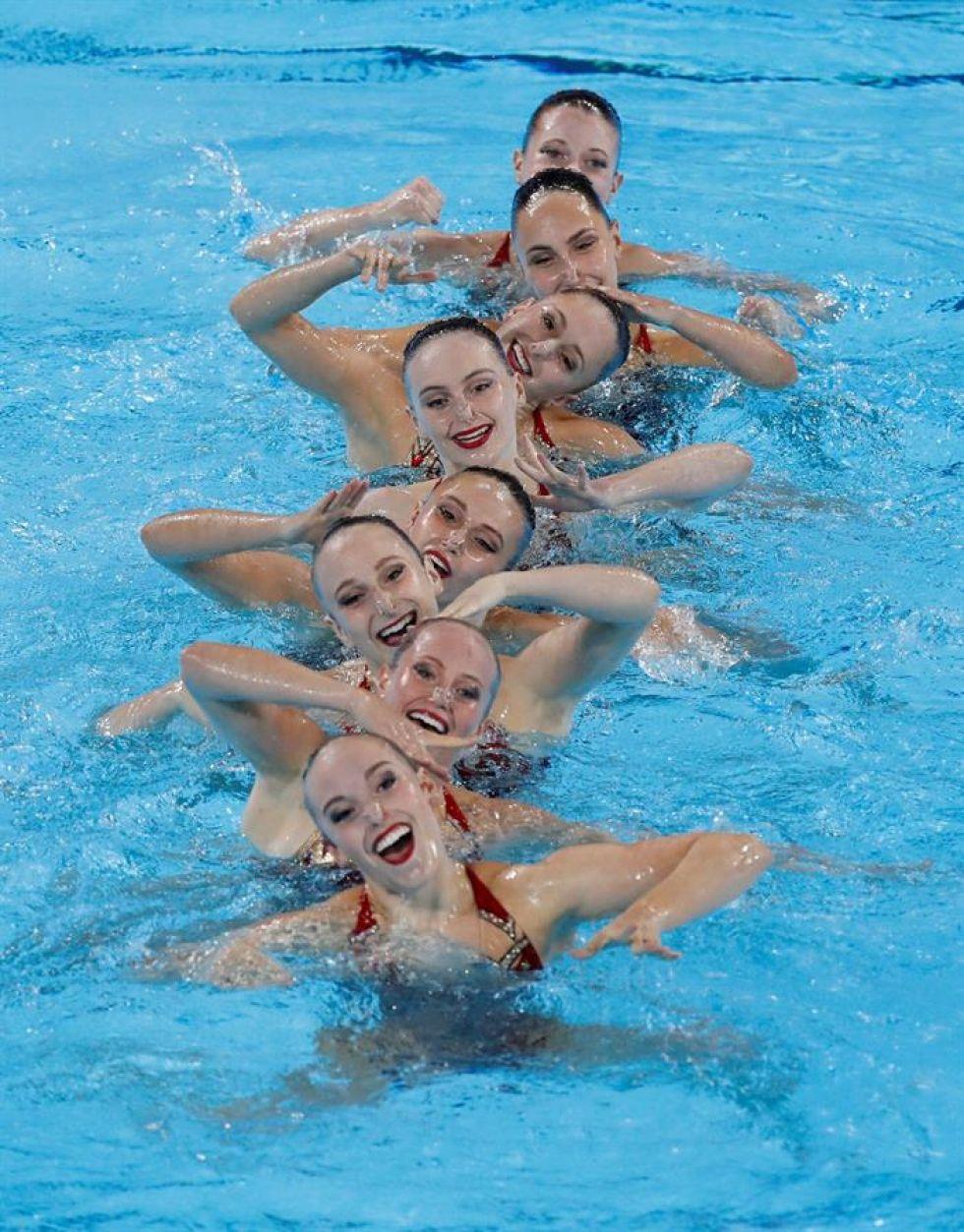 Nadadoras de Canadá compiten en nado sincronizado en los Juegos Panamericanos 2019.