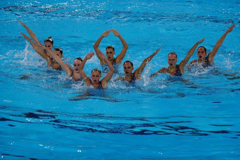 Nadadoras de Estados Unidos compiten en nada sincronizado.