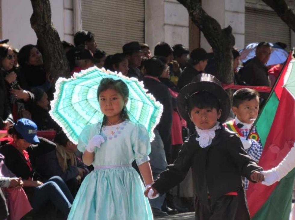 El desfile escolar en homenaje al 6 de Agosto de 1825.