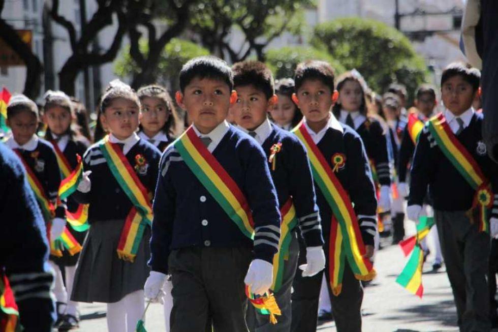 Desfile escolar en homenaje al 6 de Agosto