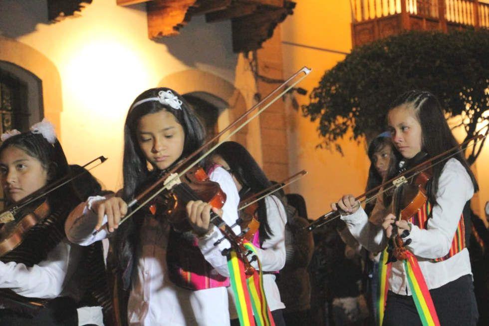 Este lunes se cumplió el Desfile Nocturno en homenaje a Bolivia.