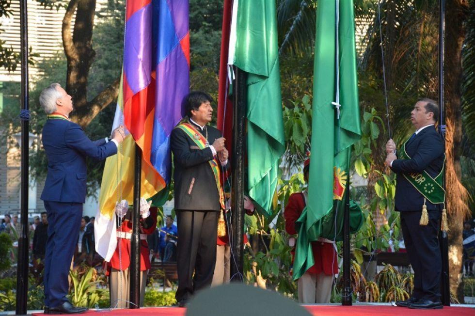 Iza de las banderas en Trinidad.