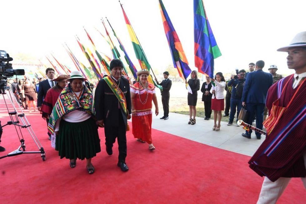 El presidente Evo Morales ingresa a la sesión de honor.