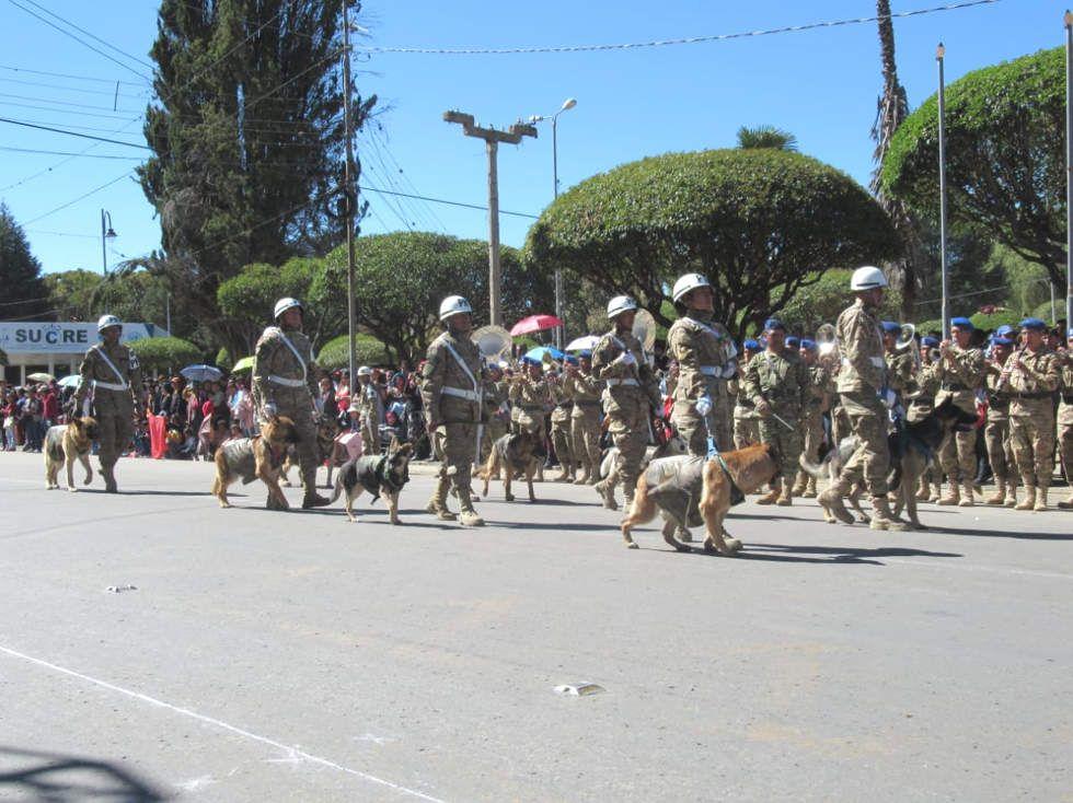 La Parada Militar y Juramento de la Bandera se realizó este miércoles en la plaza Aniceto Arce.