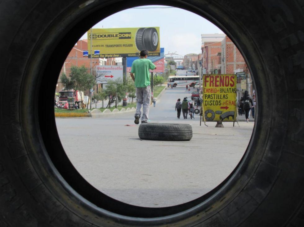 La gente se moviliza pese a los bloqueos en al avenida Marcelo Quiroga Santa Cruz.