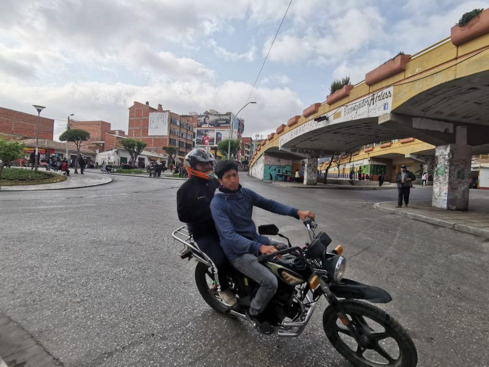 Varias personas salieron en motocicletas para eludir los bloqueos.