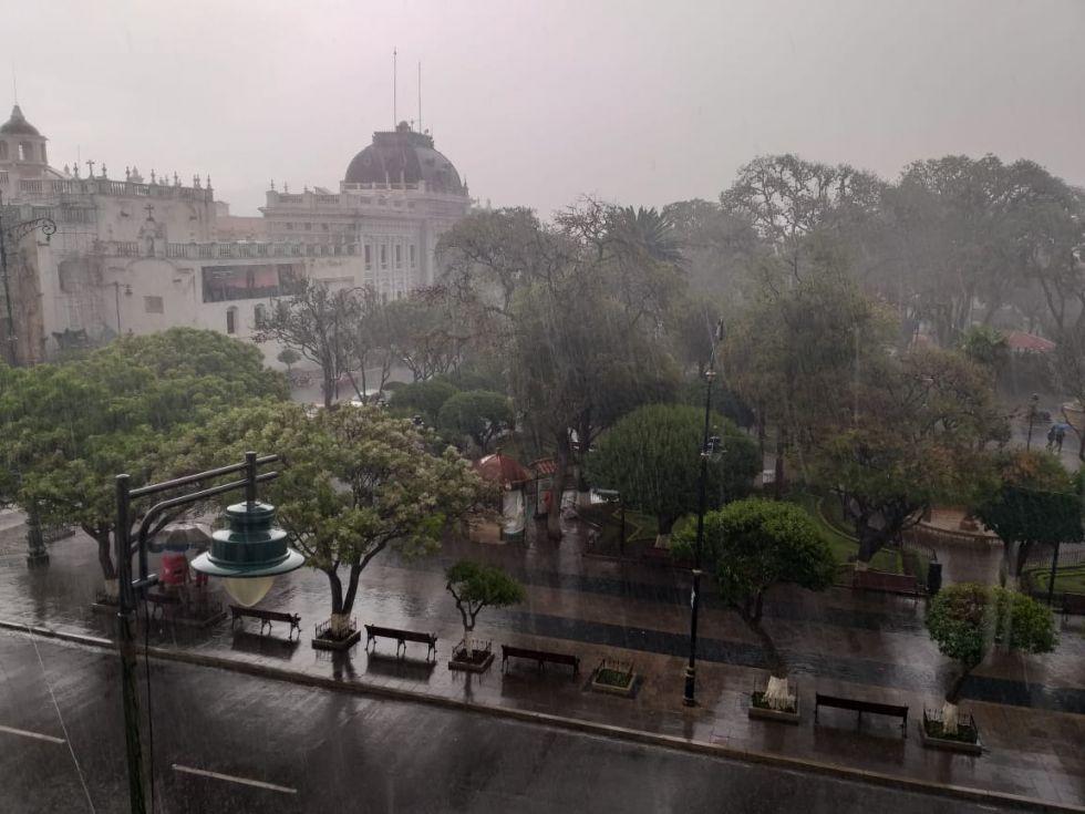 Lluvia sorprende a los capitalinos