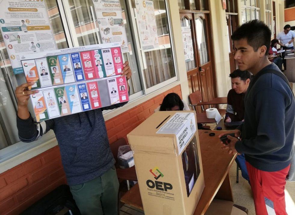 Una mesa de sufragio en el recinto electoral de El Tejar.