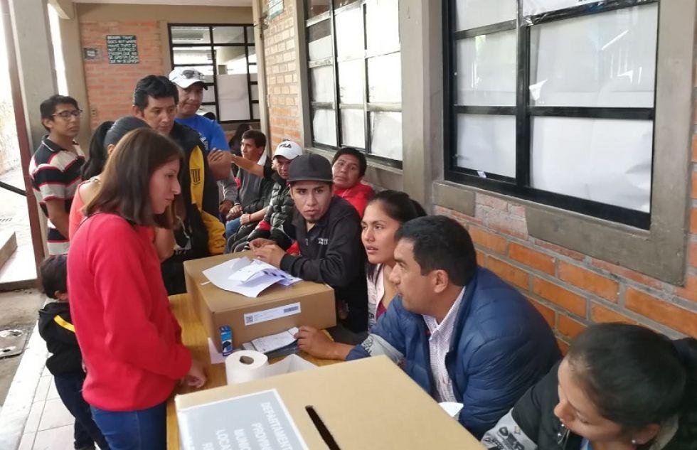 Pobladores acuden a los recintos electorales.
