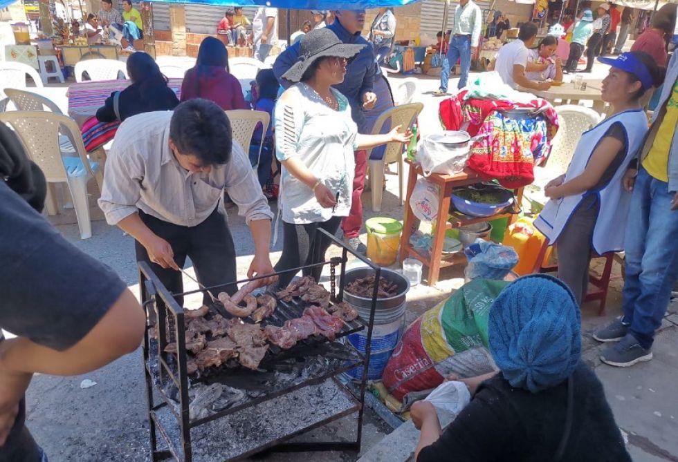 En los recintos electorales se instalaron puestos de comida.