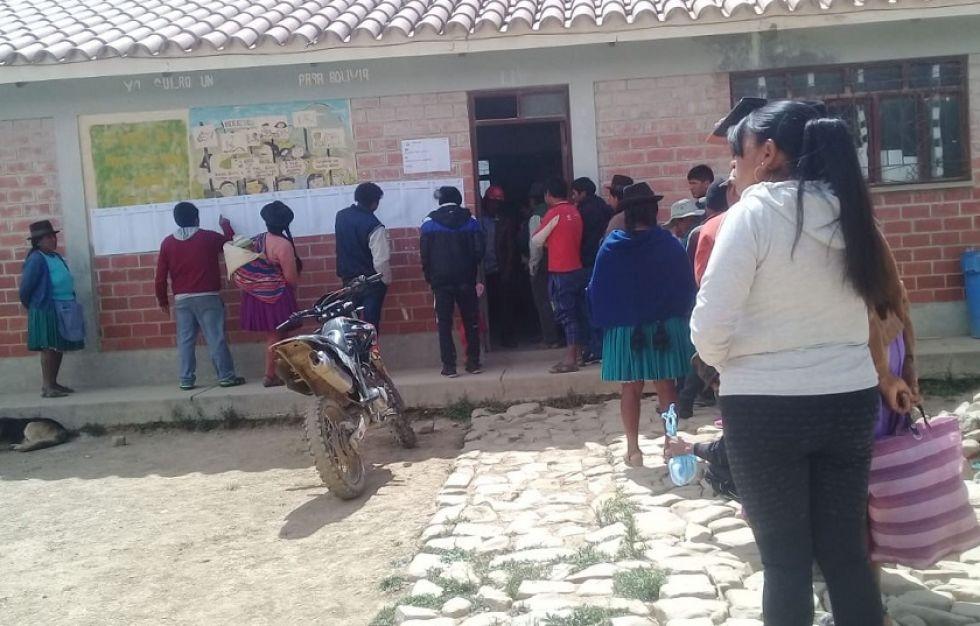 Pobladores de Villa Charcas formaron filas para votar.