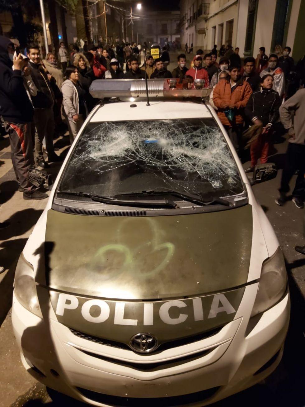 Vehículo oficial de la Policía atacado en la plaza Zudáñez.