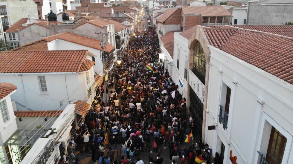 Cientos de jóvenes y adultos marchan en la calle J.J. Pérez.