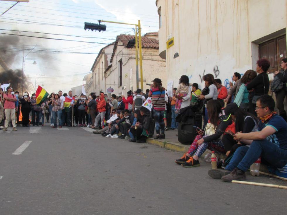 Vigilia y cerco policial en la esquina Pérez y La Paz.