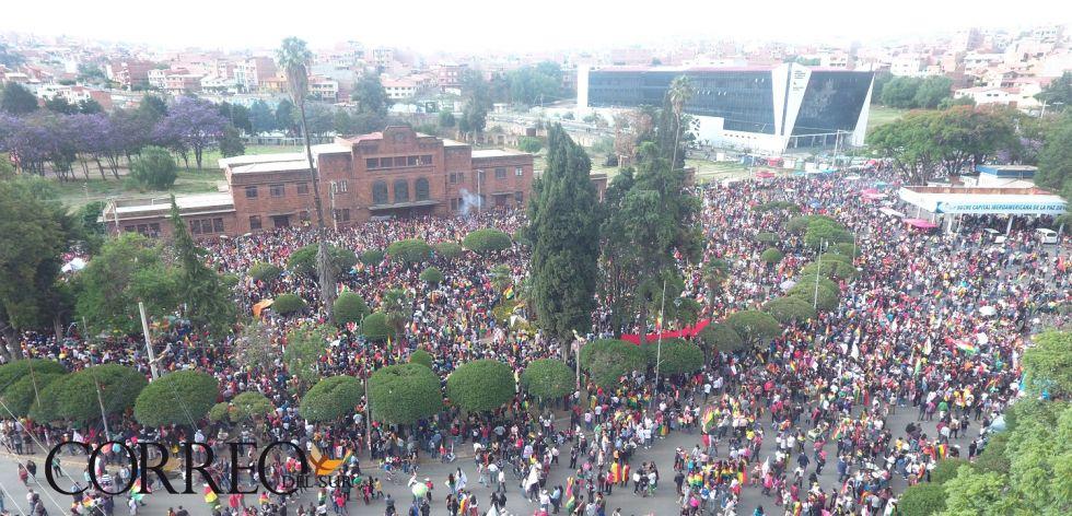 Miles de personas se congregaron en el cabildo