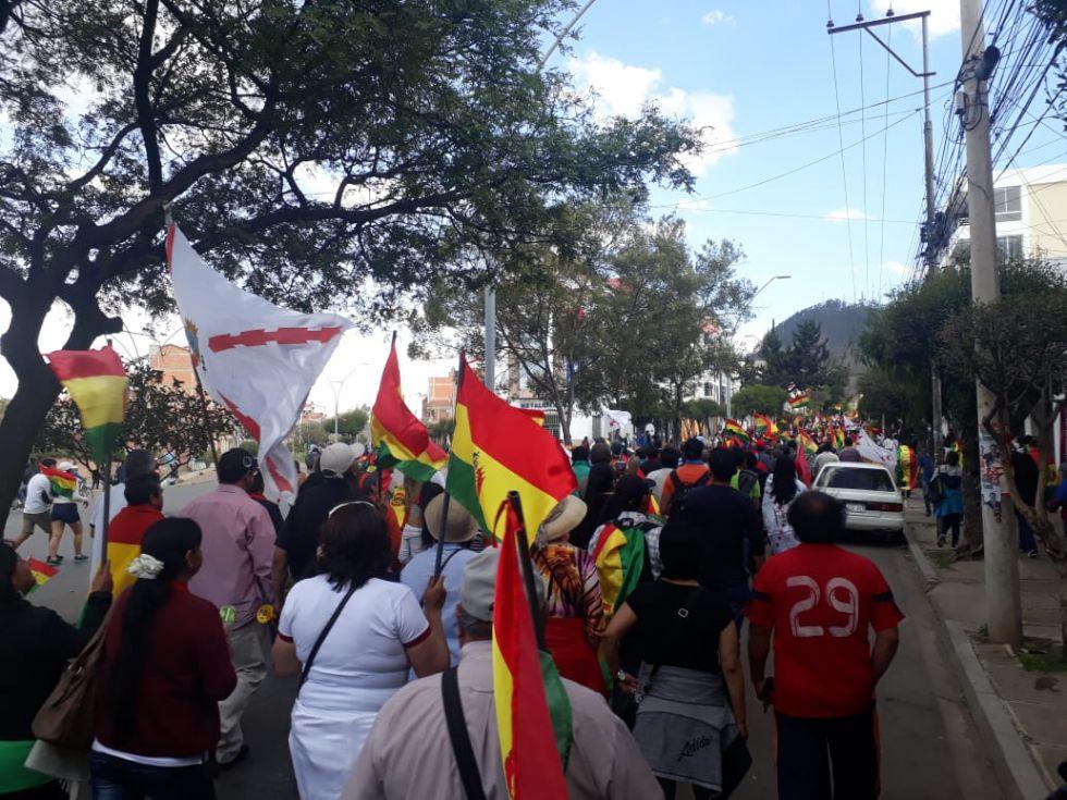 La bandera chuquisaqueña se fundió con la boliviana en las calles de Sucre.