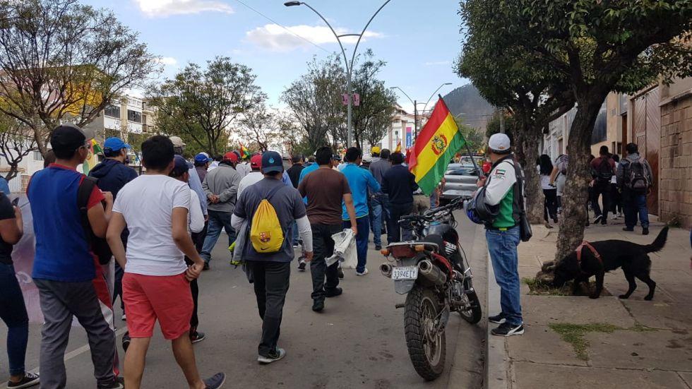 Marchas precedieron al inicio del cabildo de hoy.