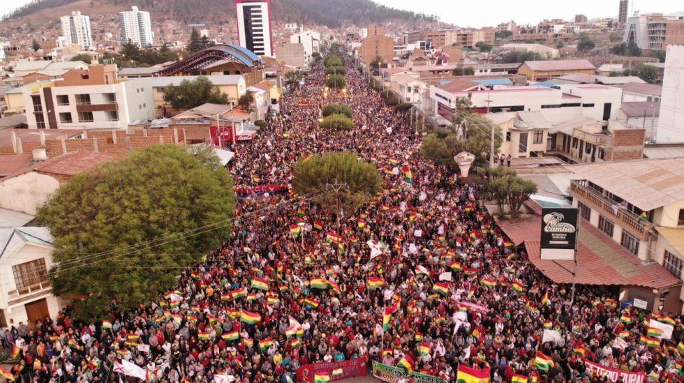 Miles participan del cabildo en Sucre