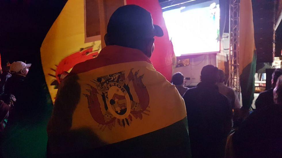 Miles portan la tricolor boliviana en el cabildo.
