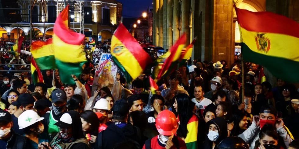 La gente concentró en la plaza 14 de Septiembre de Cochabamba.