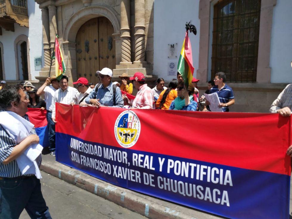 -Docentes, trabajadores y universitarios de la USFX concluyen la marcha en la plaza 25 de Mayo.