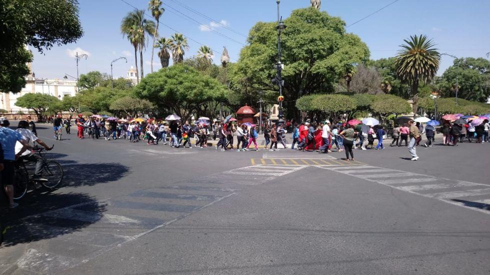 Llegada de marchistas a la plaza 25 de Mayo.