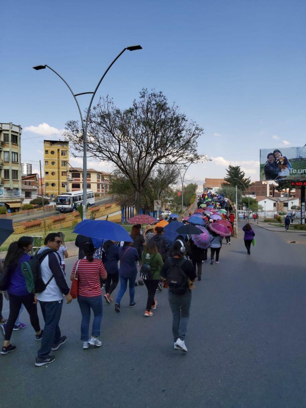 Integrantes del Magisterio Urbano marchan hacia la plaza 25 de Mayo.