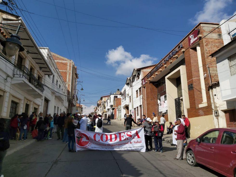 La concentración del sector salud se realizó en puertas del Colegio Médico de Chuquisaca.