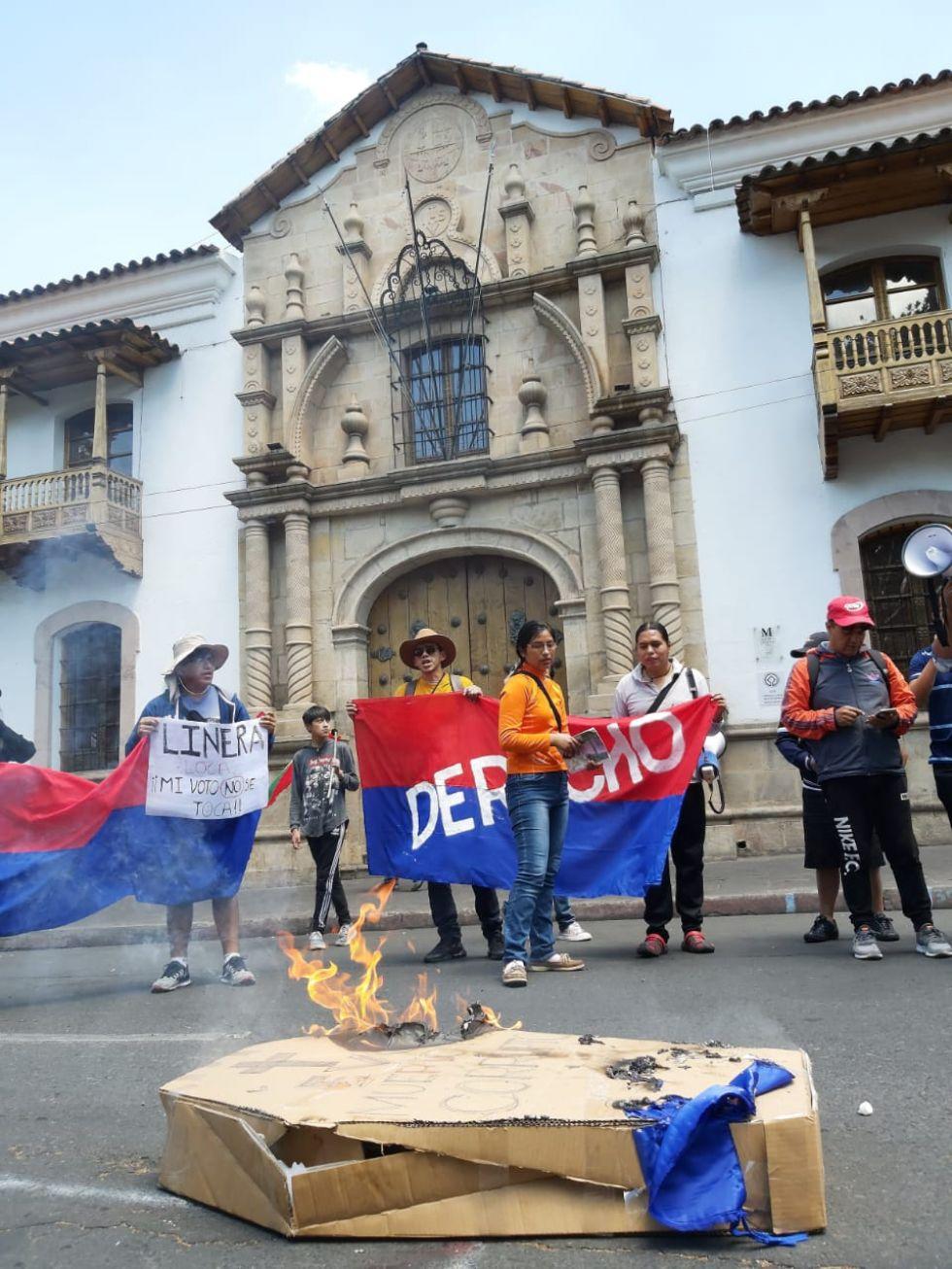 Estudiantes de la Universidad queman un ataúd con el nombre de Evo Morales.