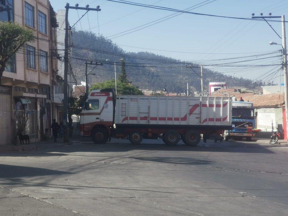 Un vehículo pesado bloquea una de las vías del barrio Libertadores.