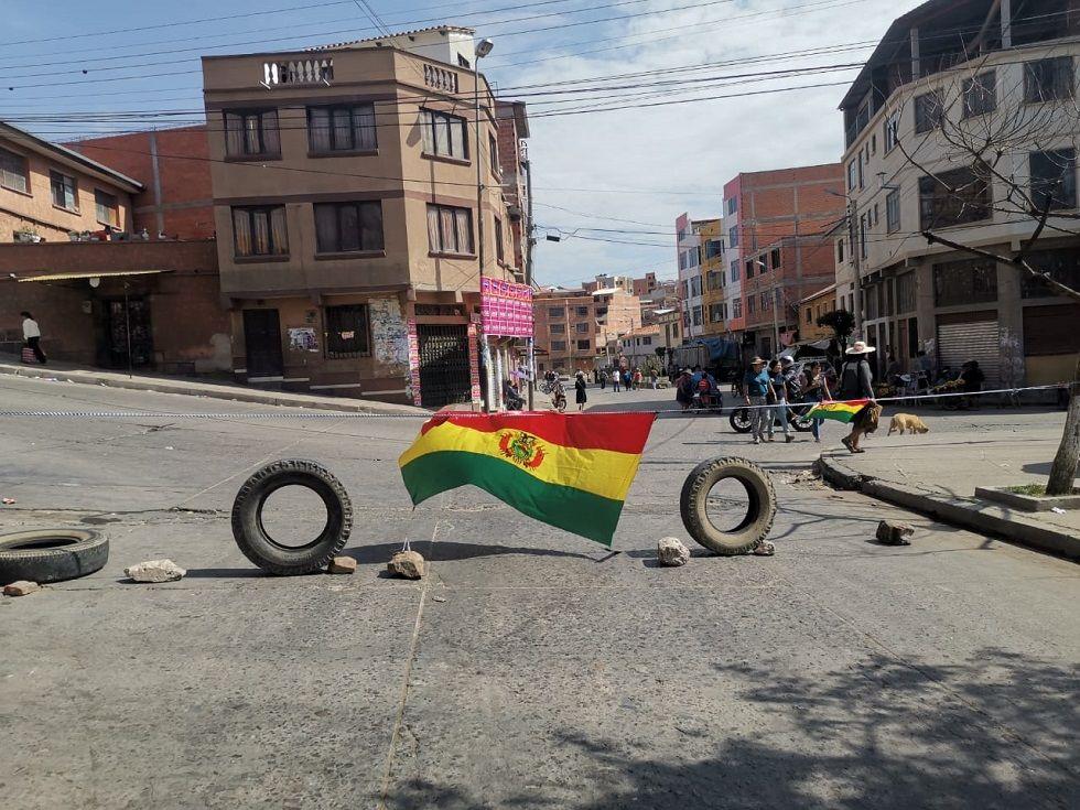 Llantas y banderas nacionales son utilizadas en los bloqueos de la zona San Juanillo.