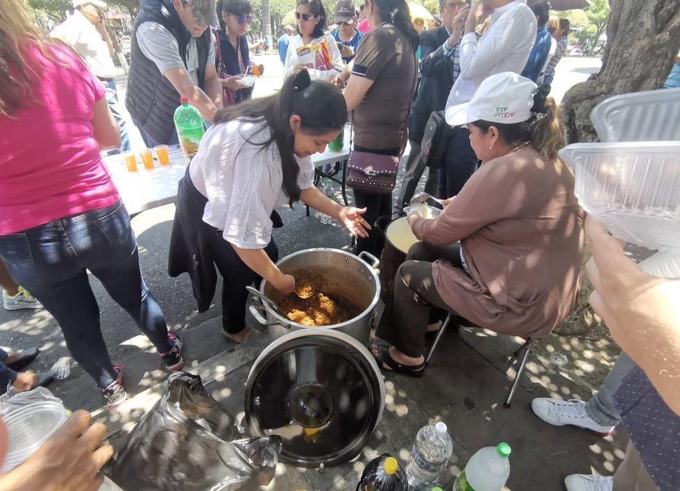 En la plaza 25 de Mayo repartieron platos de comida.