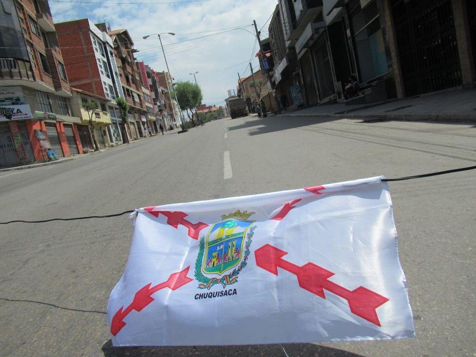 La bandera chuquisaqueña en uno de los puntos de bloqueo.