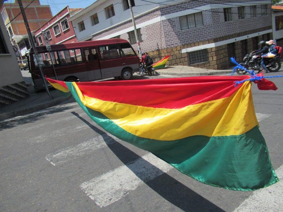 La tricolor nacional también dice presente en los puntos de bloqueo.