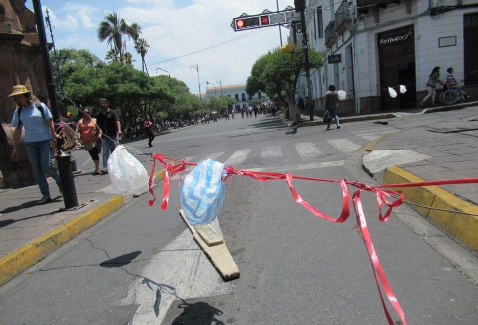 La plaza 25 de Mayo está restringida para el tránsito vehicular.
