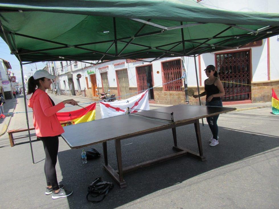 En la calle Aniceto Arce salieron a jugar tenis de mesa.