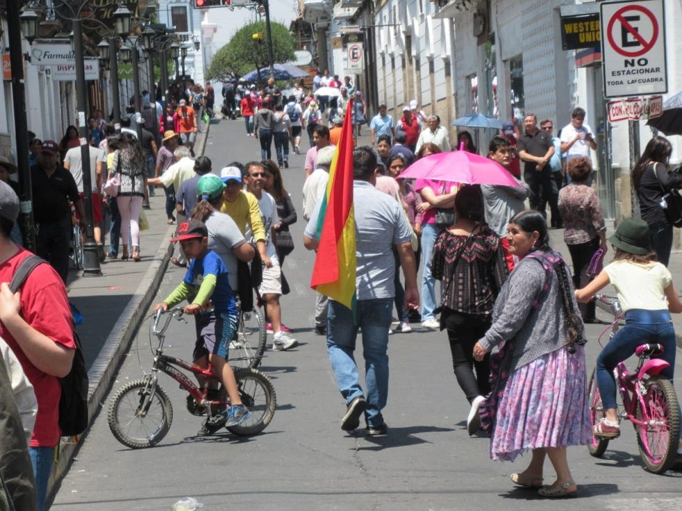 La población transita por las calles de la ciudad caminando o a bordo de bicicletas.